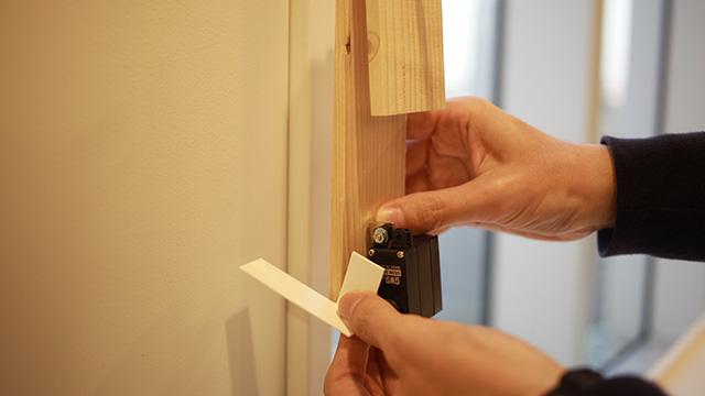 スイッチが押されるとサーボモーターが作動してこのプレートが玄関チャイムを押します。