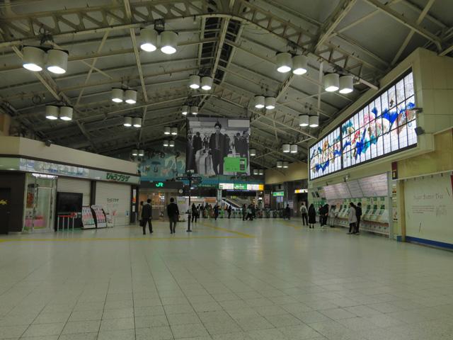 各地からの夜行列車が到着するまでの数時間は駅もひと休み