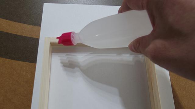のりを木枠に塗っていく