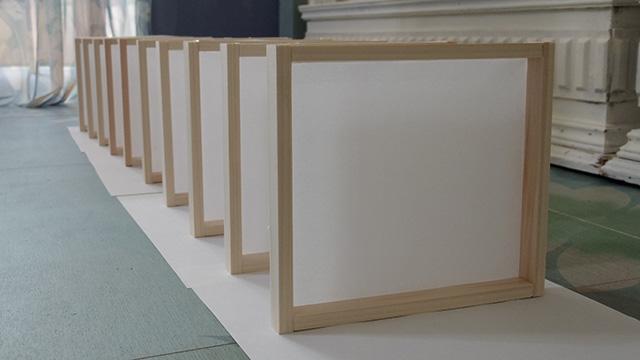10個の木枠に障子紙を貼り終えた