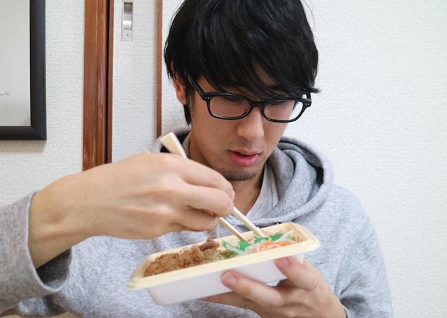 まずはローソンの焼肉弁当を食べてみる。
