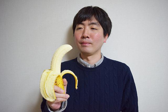 「顔が大きいですね」とよく言われる私と比べるとこのバナナの立派さがお分かりいただけるのではないか。