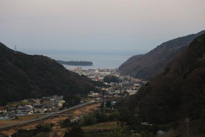 峠道を走ると見えてきた。「深海魚の聖地」とも呼ばれる戸田の街並み。