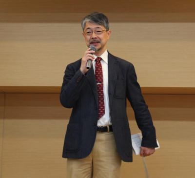 東京大学大気海洋研究所助教授の猿渡敏郎氏。当日は自身の専門でもあるチョウチンアンコウについての講義と深海鮫の解剖を担当。終始笑顔のナイスミドル。