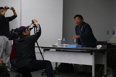 シンプルな、けれど明快な実験で圧力というものが何か、深海生物にどう関係するのかを説明する山村氏。語り口も軽妙。