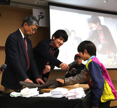 怪獣のような深海鮫を前に子どもたちもウキウキ。あと、田中さんも明らかにテンションが上がっていた。本当に好きなんだなぁ、この人。