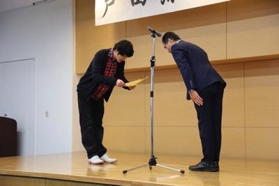 ココリコ田中さんへの戸田深海魚大学特任教授任命式。