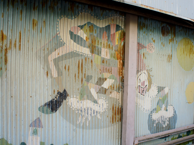 途中、四つん這いのピエロの絵が描かれたガレージの横を通って、