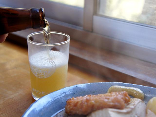 窓の外の滝を眺めながらビールが飲めちゃったりするんですが、