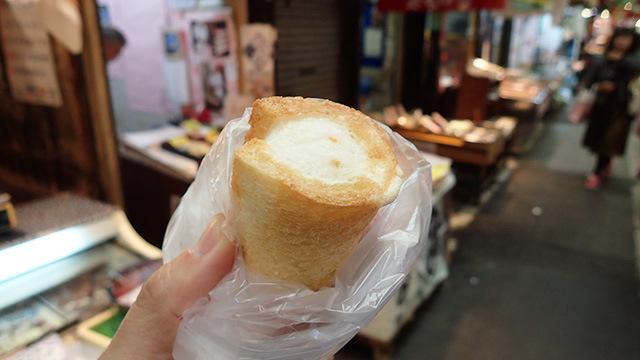 パン巻もカナッペと同じく魚の練り物にパンを巻いて揚げたものでした。カナッペみたいに胡椒が効いていないので、酒のつまみというよりもおかず寄りか。
