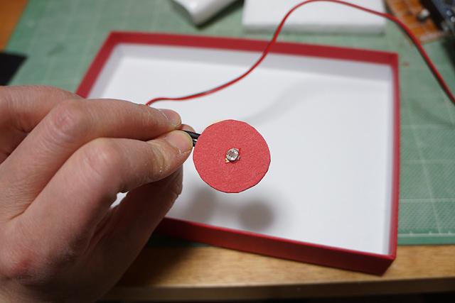 パワーボタンを押せるように箱を切り抜いて、そこに光センサーを埋めた。
