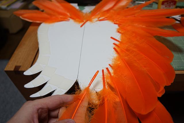 ガチョウの羽根が、サンバ衣装のパーツ屋で売っていた。100枚2000円ほど。