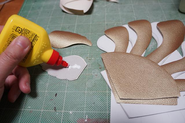 うちに金色の合皮があったので多用する。頭飾りは天使とゼンマイと扇子をイメージ。
