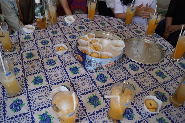 中央のクッキー缶は、ベトナムではおもてなし定番のロングラン商品。