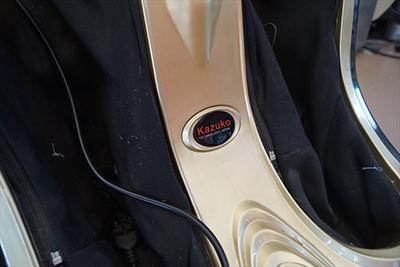 ヴァンさん宅にあったマッサージチェアのブランド名が「かずこ」だった。