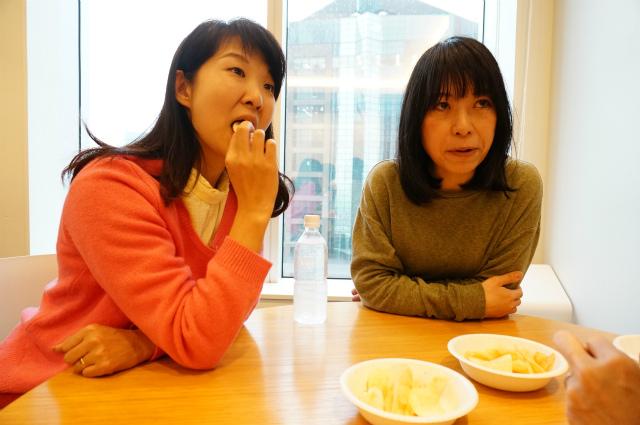 左、編集部 橋田さんが試食