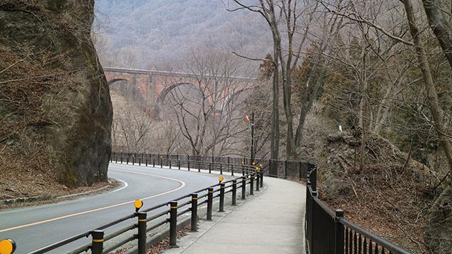 駐車場からすぐ橋が見える!でも、けっこう歩く