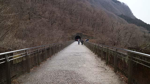 橋の上。ここに線路が引かれていたのか~。