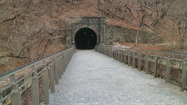 第5トンネル(コチラ側は出口・ポスターの場所です)に入ってみます。