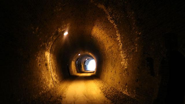 トンネルの中は思ったより明るく、声がよく響きます。鉄道の走行音も響いたことでしょう。