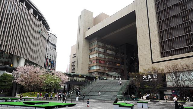 立派な大阪駅。大阪をじっくり歩くのは初めてでドキドキする。いきなりどつかれたりしない?