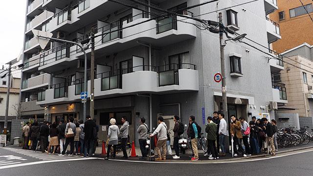 情報を元にやってきたのは「中国菜オイル」という店。週末の閑静な住宅街に突如現れた行列!
