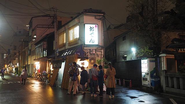 夜の名店「花くじら」。小雨が降りだしてもめげずに並ぶ人たち。