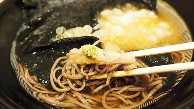 海苔と大根おろしを贅沢につかった「かみなり蕎麦」。