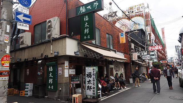 中には開店前なのに並んでいるところもある。お好み焼き屋の福太郎。