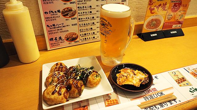 ほろ酔いセット930円。二種類のたこ焼きと、たこのから揚げせんべいと生ビール。