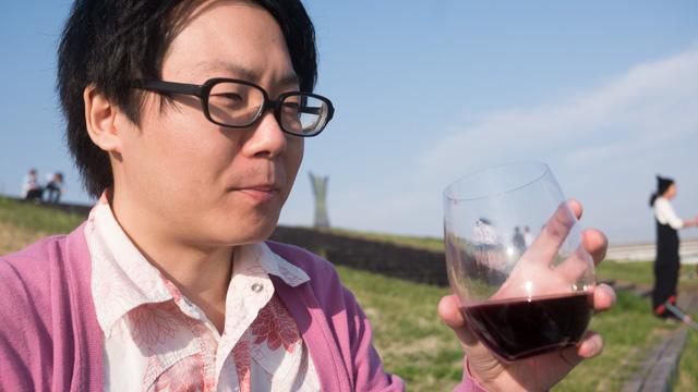 あたたかい日差しの中ワインをテイスティング。粉入ってるけど。