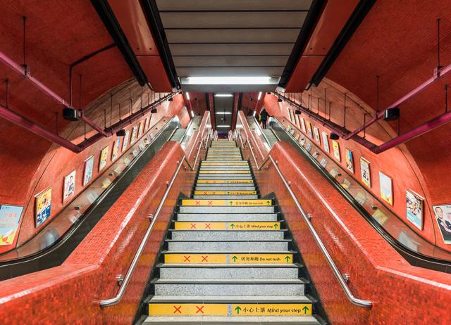 そしてこの空間のTUBE具合がたまらない。シンメトリーで真ん中が階段っていう異国情緒もいい。