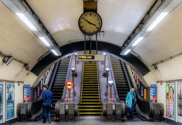 そういえばロンドンの地下鉄エスカレーターもこの形式だった。(これはロンドンのTUBEの写真)