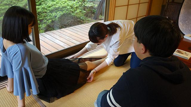 青山さんはモデルに触れない