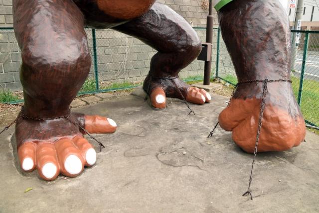 足元は鎖でがっちり固められている。