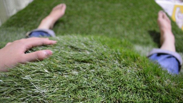 ベッドが芝生ならお菓子を食べることも認められよう(「布団の芝生でゴロゴロする」</a>)より)。