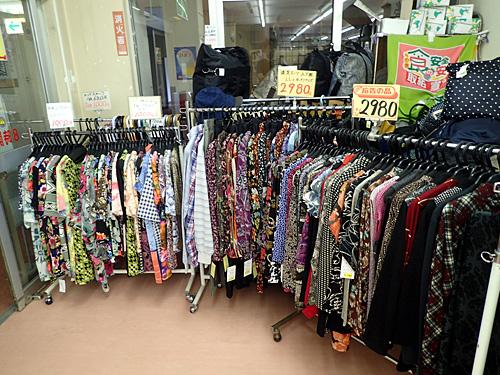 温泉街にいる人が着てそうな彩度の高い服もしっかり販売中。