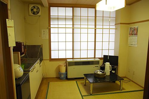 自炊宿として文句のつけようがない、シンプルな室内空間。