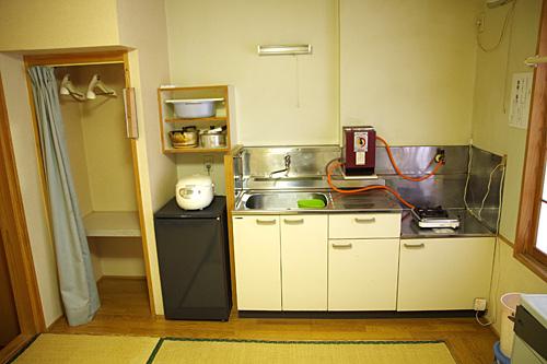 必要最低限が揃ったコンパクトなキッチン。