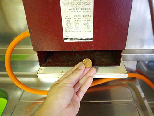 集金箱にフタが無いので、入れた10円を何度でも使える親切設計。