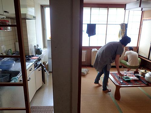 台所とリビングが仕切られた高級仕様。「先輩、おじゃまします!」