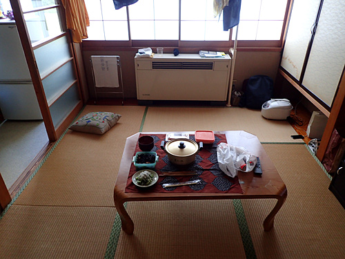 掃除の行き届いた6畳の和室。「いまご飯の用意するからちょっとまっててー」