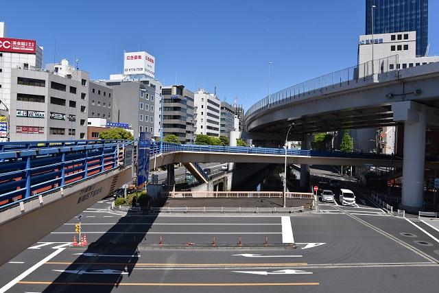 飯田橋駅前から上流方面。川の上に覆い被さるように高速道路が走っている