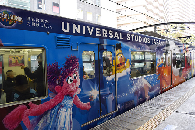 USJ仕様の電車を降りる。