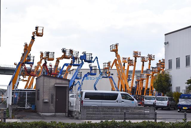 ちょっとアトラクションみたいだけど工業車が駐車してるだけ。