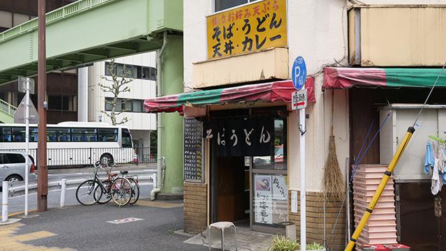 一店目、そば千 東神田店。この辺りは駅前でなくとも立ち食いそばがある。問屋街が近くて商人のためのファーストフードということだろうか