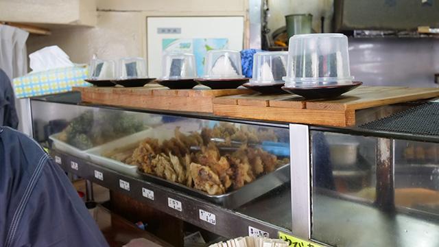 昼時、労働者が入って数分で食べて出ていく。恐るべき回転の早さよ