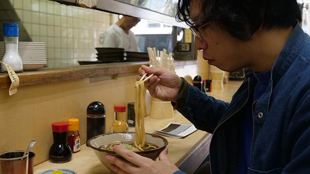 麺を引き上げたときに黄色くなってるのが東京黒いうどんの特徴。視覚的にも黒いうどん食ってるなという気にさせる