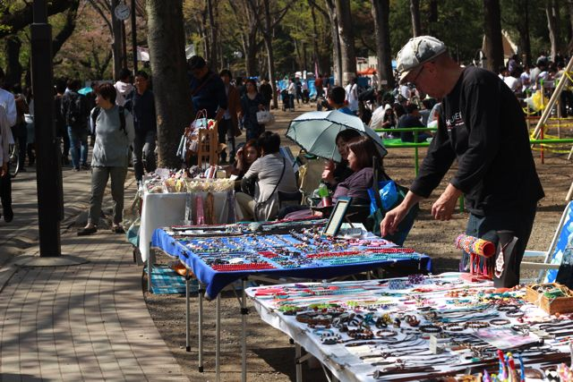 路上で手作りの商品を売っていて、個性的な商品が多く見ているだけでもおもしろい。