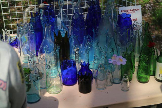 こちらの花瓶はすべて栄養ドリンクやお酒などのビンを熱で曲げて作っている。発想がすごいし、値段も一つ300円くらいとお手頃。